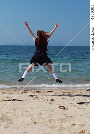 바다에서 점프하는 여고생 4829392