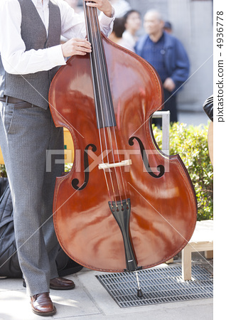 Cello playing 4936778