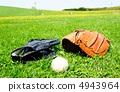 手套和露指手套和球在草坪上 4943964