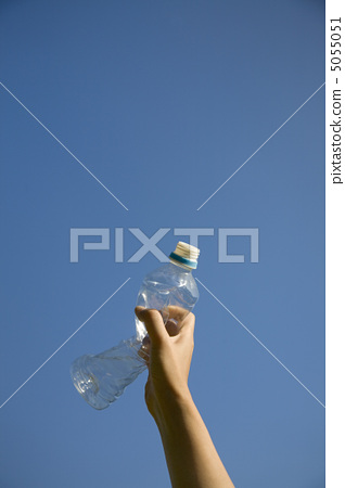 Hand with PET bottle 5055051