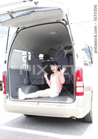 Minivan and female model: Otomo Ayumi 5070506