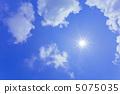 太陽和藍天和雲彩 5075035