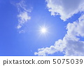 太陽和藍天和雲彩 5075039