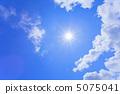 太陽和藍天和雲彩 5075041