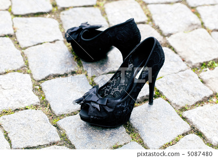 shoes standing on the pavement 5087480