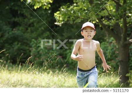 一個赤裸的男孩 5151170