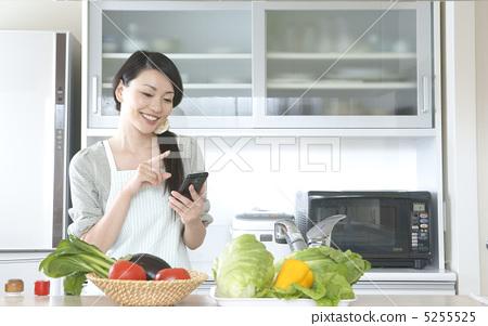Housewife (smartphone / kitchen) 5255525