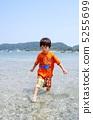 海水浴する子供 5255699