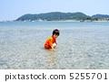 海水浴する子供 5255701