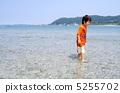 海水浴する子供 5255702