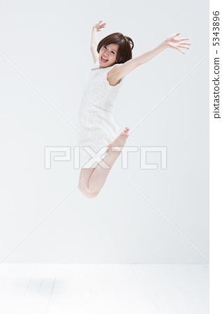점프하는 젊은 여성 5343896
