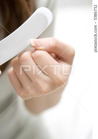 一個女人照顧指甲 5386752