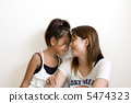 放額頭的女孩和媽媽 5474323