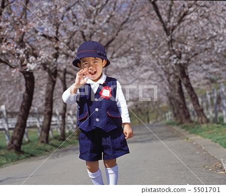 新入境櫻桃樹和孩子 5501701