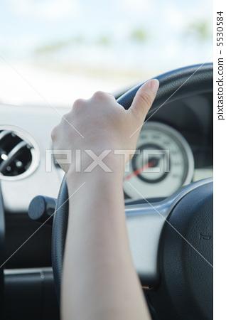 차를 운전하는 여자 5530584