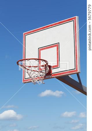 푸른 하늘을 배경으로 농구 후프 5679779
