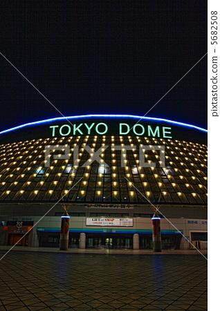 東京穹頂在晚上 5682508