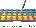 Set of Multicolored Eyeshadows with Brush 5701577