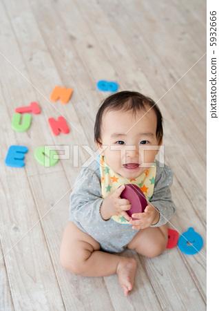 거실에서 노는 아기 5932666