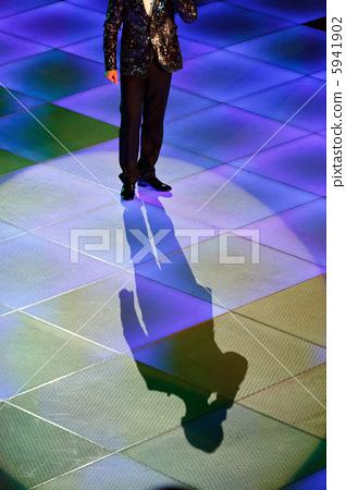 Showman presenting show 5941902