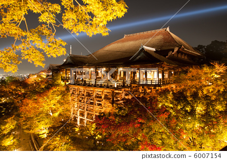 Honmyo of Kyoto Otowa / Kiyomizudera in the autumn (stage of Shimizu) light up 6007154