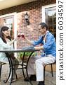 高級夫婦與一個開放式咖啡館敬酒 6034597