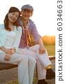คู่รักอาวุโสส่องสว่างยามพระอาทิตย์ตก 6034663