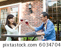高級夫婦與一個開放式咖啡館敬酒 6034704
