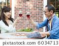 高級夫婦與一個開放式咖啡館敬酒 6034713