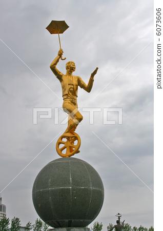 sculpture of man circus 6073606