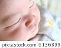 아기의 잠자는 얼굴 6136899