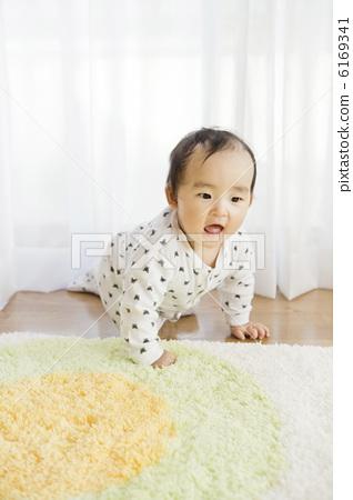 바닥을 기어 기어하는 아기 6169341