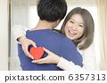 擁抱人的一個少婦 6357313