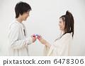 선물을주는 젊은 부부 6478306