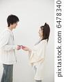 선물을주는 젊은 부부 6478340