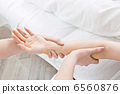 Hand massage treatment 6560876