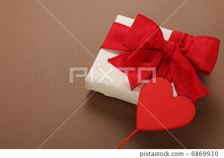 Heart in gifts 6869910