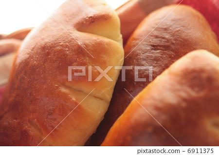 Up of cream bread put in basket 6911375