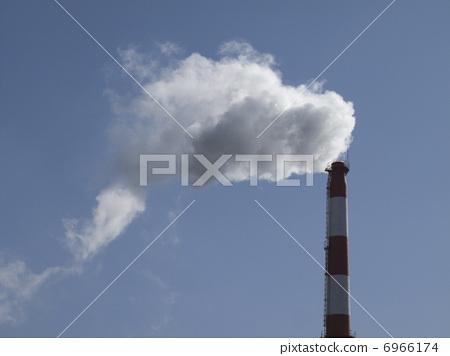 수증기를내는 쓰레기 소각장의 굴뚝 6966174