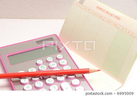 통장과 계산기와 빨간색 연필 [가로] 6995009