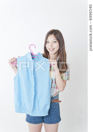 Women holding clothes 6996540