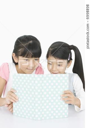 책을 읽는 소녀들 6998898