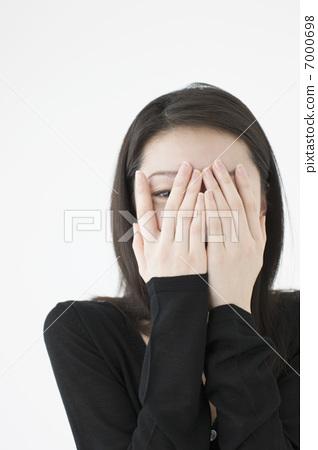 손으로 얼굴을 가리는 여성 7000698
