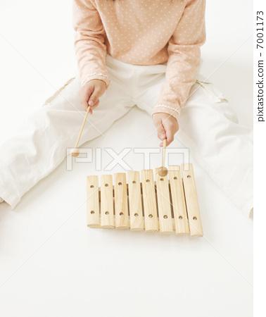 孩子們玩木琴 7001173