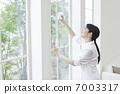 一个女人擦窗户 7003317
