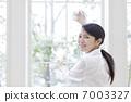 一个女人擦窗户 7003327