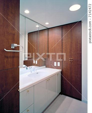 Wide washroom / dressing room 7142472