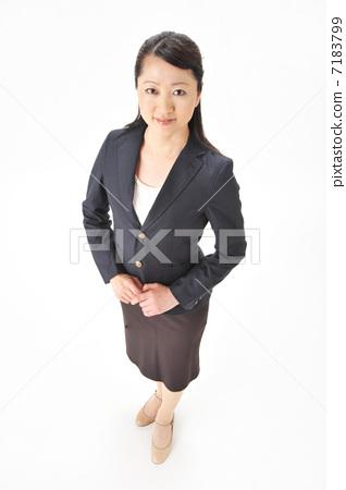 A woman smiling, whole-body bird's-eye view 7183799
