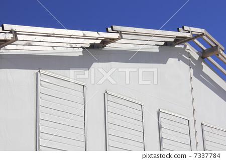有通風孔和藍天的大帳篷 7337784