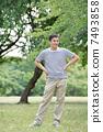 一名男子身穿边框T恤 7493858